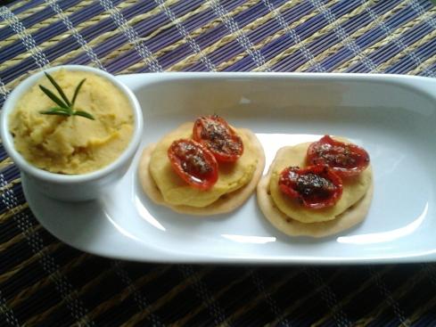Schiacciate croccanti Olivia&Marino con crema di ceci e pomodorini confit