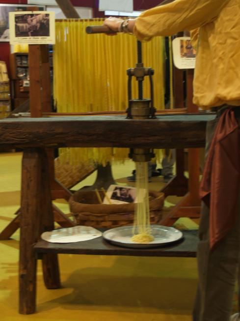 Il pastificio vivente dell'800 con pastai in abiti d'epoca voluto dalla Fabbrica della Pasta di Gragnano, diretta dai fratelli Moccia