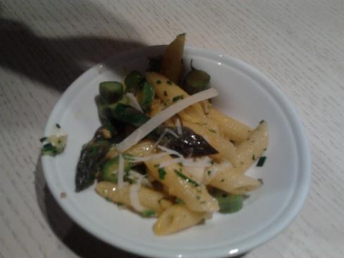 Penne rigate N.66 Rummo con asparagi, zafferano e grissini croccanti