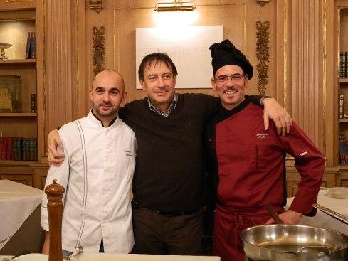 Carlo Vischi tra gli chef Gianni Gierratana (sx) e Alessandro Orefice (dx) prima dello showcooking al Ristorante Casanova (The Westin Palace Milan)