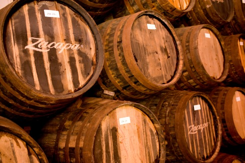 Le botti di rovere in cui invecchia il rum, hanno precedentemente ospitato robusti bourbon, delicati sherry, raffinati vini Pedro Ximénez e, nel caso di XO, pregiati cognac francesi.