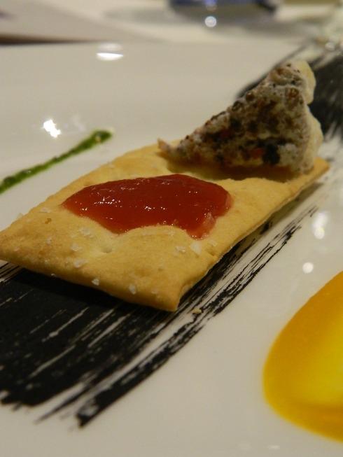 Antipasto a base di cracker di miglio con caprino e mostarda di Molinara