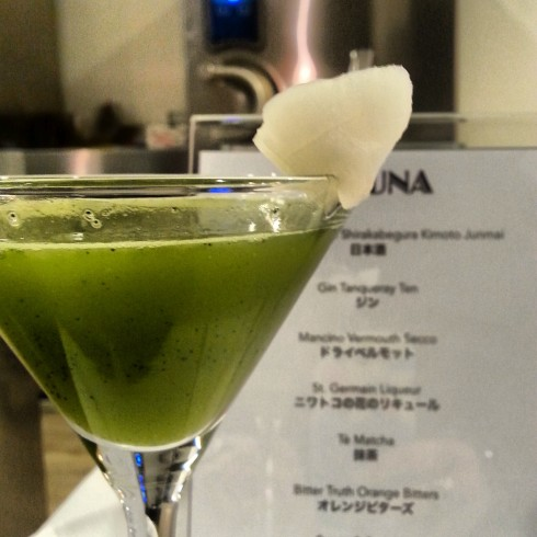 "Lo strepitoso cocktail ""Kizuna"" a base di sake, gin, vermouth e tè matcha."