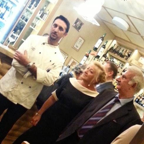 Lo chef Massimo Moroni con la famiglia De Luca, proprietaria dello storico Ginrosa di Milano