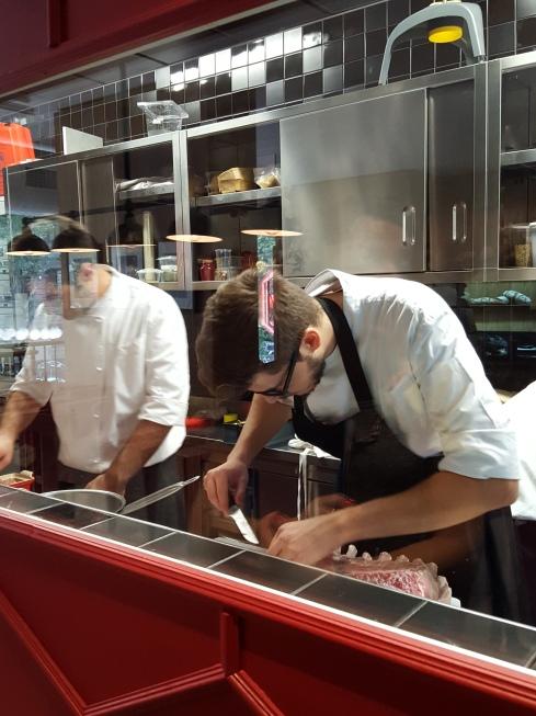 La cucina a vista al primo piano della brasserie